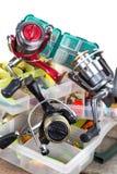 Articles de pêche et amorces dans la boîte Photographie stock