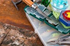 Articles de pêche et amorces dans la boîte de rangement Image stock