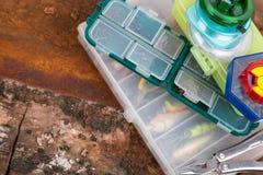 Articles de pêche et amorces dans la boîte de rangement Photos stock