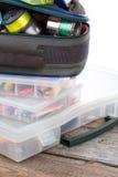 Articles de pêche et amorces dans la boîte et le sac Images libres de droits