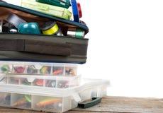 Articles de pêche et amorces dans la boîte et le sac Image libre de droits