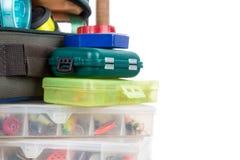 Articles de pêche et amorces dans la boîte et le sac Image stock