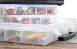 Articles de pêche et amorces dans la boîte et le sac Photo stock