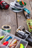 Articles de pêche et amorces sur le conseil en bois Photographie stock