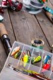 Articles de pêche et amorces sur le conseil en bois Photos libres de droits
