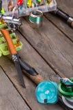 Articles de pêche et amorces sur le conseil en bois Image libre de droits