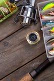 Articles de pêche et amorces sur le conseil en bois Photographie stock libre de droits