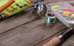 Articles de pêche et amorces sur le conseil en bois Photo stock