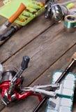 Articles de pêche et amorces sur le conseil en bois Photo libre de droits