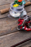 Articles de pêche et amorces sur le conseil en bois Photos stock