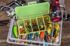Articles de pêche et appâts dans la boîte Photo libre de droits