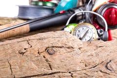 Articles de pêche et appâts sur en bois Photo libre de droits