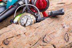 Articles de pêche et appâts sur en bois Images stock