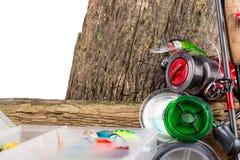 Articles de pêche et appâts sur en bois Image stock