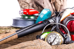 Articles de pêche et appâts sur en bois Photographie stock