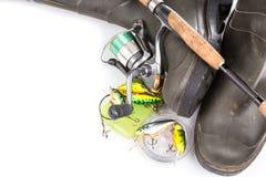 Articles de pêche et bottes en caoutchouc sur le blanc Photographie stock