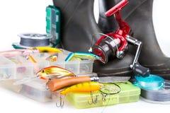 Articles de pêche et bottes en caoutchouc sur le blanc Image stock