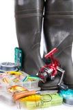Articles de pêche et bottes en caoutchouc sur le blanc Photos stock