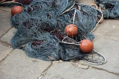 Articles de pêche et filets gris dans le port photographie stock libre de droits