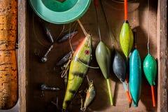 Articles de pêche faits main avec des flotteurs, des crochets et des tiges Photo stock