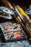 Articles de pêche faits main avec des mouches, des flotteurs et des tiges Photos libres de droits