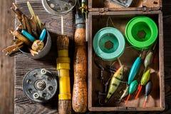 Articles de pêche faits main avec le filet, les tiges et les flotteurs Image stock