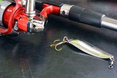 Articles de pêche - pêche tournant, ligne de pêche, crochets et attrait de pêche sur le fond Photo stock