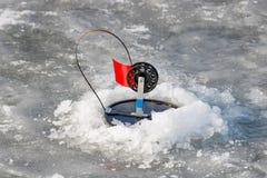 Articles de pêche pour la pêche d'hiver sur la glace d'un lac congelé Images stock