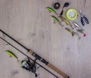 Articles de pêche - rotation, crochets et attraits de pêche sur le fond en bois clair Photographie stock libre de droits