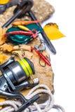 Articles de pêche sur des pierres avec l'ancre et les feuilles Image libre de droits