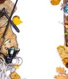 Articles de pêche sur des pierres avec l'ancre et les feuilles Photo libre de droits