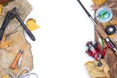 Articles de pêche sur des pierres avec l'ancre et les feuilles Photographie stock libre de droits