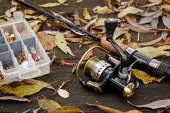 Articles de pêche sur la surface en bois. Photo stock