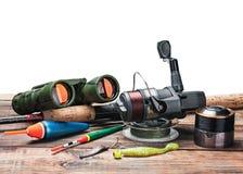 Articles de pêche sur la table d'isolement photographie stock libre de droits