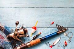 Articles de pêche sur le fond bleu en bois Image libre de droits