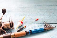 Articles de pêche sur le fond bleu en bois Image stock