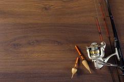 Articles de pêche sur le fond en bois Photographie stock