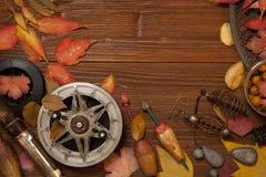 Articles de pêche sur le fond en bois Image stock