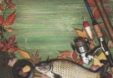 Articles de pêche sur le fond en bois Image mate modifiée la tonalité Images libres de droits