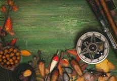 Articles de pêche sur le fond en bois Image mate modifiée la tonalité Photographie stock libre de droits