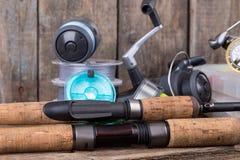 Articles de pêche sur le fond vertical de conseil en bois Images stock