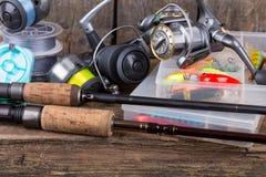 Articles de pêche sur le fond vertical de conseil en bois Photos stock