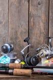 Articles de pêche sur le fond vertical de conseil en bois Image stock