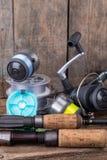 Articles de pêche sur le fond vertical de conseil en bois Photographie stock libre de droits