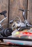 Articles de pêche sur le fond vertical de conseil en bois Photographie stock