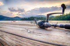 Articles de pêche sur un flotteur en bois avec le fond de montagne dans l'OR Image libre de droits