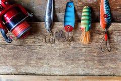 Articles de pêche sur une surface en bois Images stock
