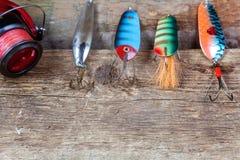Articles de pêche sur une surface en bois Photo libre de droits