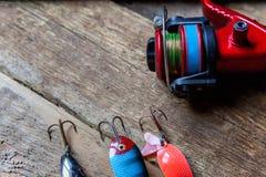 Articles de pêche sur une surface en bois Photo stock