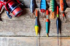 Articles de pêche sur une surface en bois Image stock